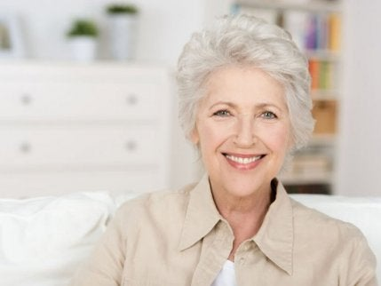 Äldre kvinna med vitt hår