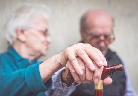 Äldre par med käpp