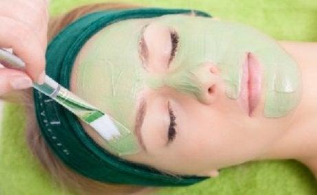 Applicera vårdande ansiktsmasker