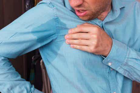 Ta bort svettfläckar från kläder med dessa 5 metoder