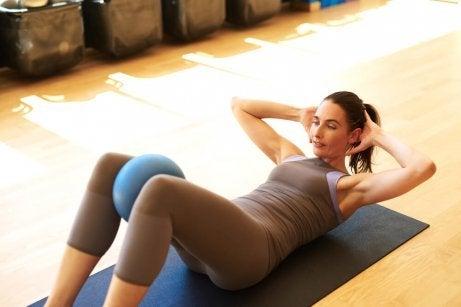 En bra stolövning är att lyfta knäna mot bröstet och spänna åt bukmusklerna