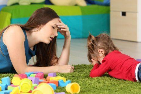 gråtande-bortskämt-barn-med-trött-mamma
