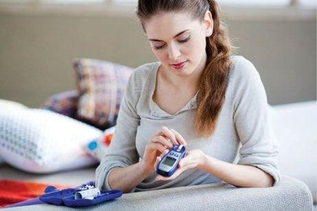 Kvinna-testar-blodsockernivåerna