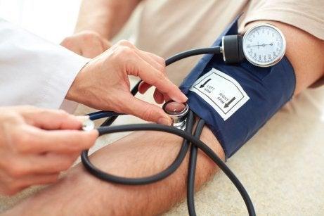 Man mäter blodtrycket