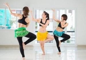 Personer utövar magdans