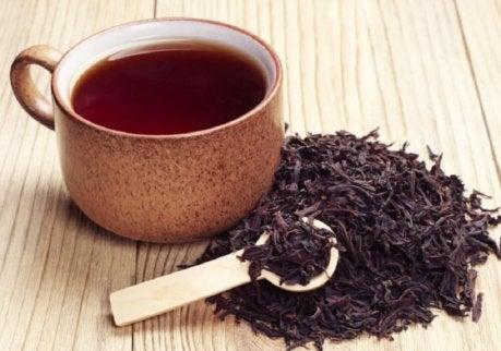 Svart te för hårsäckarna