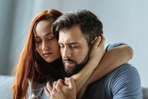 Tätt omslingrat par