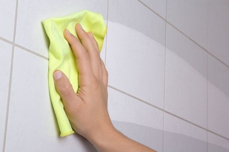 Torka av badrumskaklet