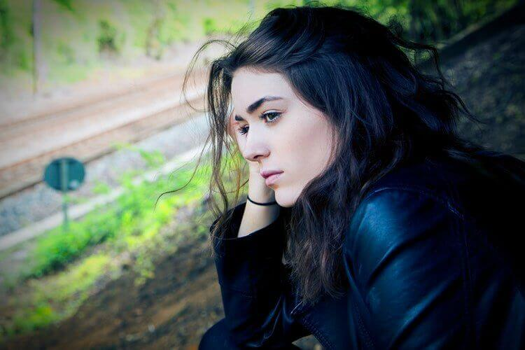 Deprimerad kvinna vid väg
