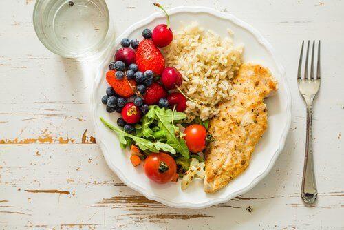 Hälsosam mat på tallrik