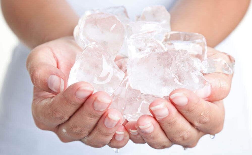 Händer med is