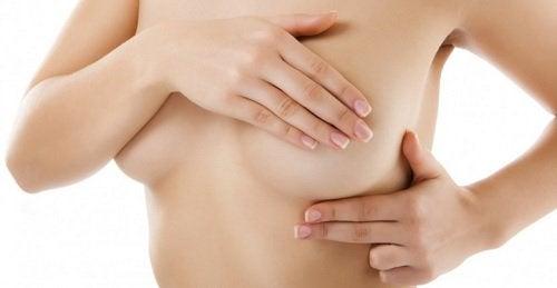 Kvinna-med-hand-över-bröst