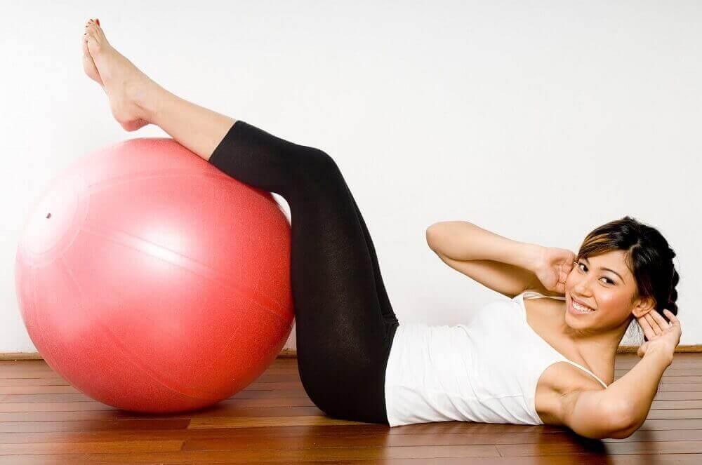 Kvinna med träningsboll