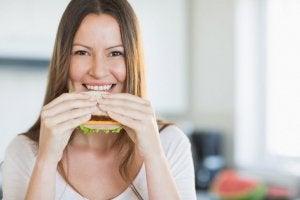 Kvinna som håller händerna om en sandwich