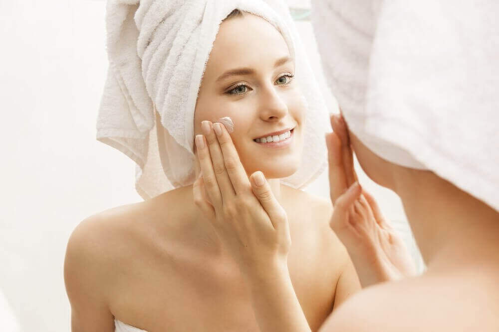 Kvinna som tar hand om huden