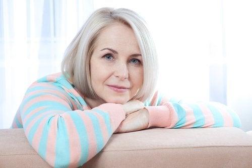 Kvinna-vid-soffa