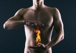 Man med eld mellan händer