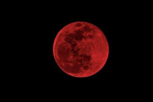 Röd-måne-på-himmel