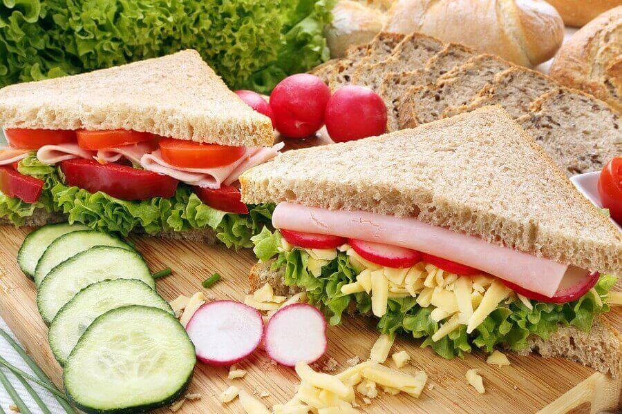 Sandwich med skinka och grönsaker