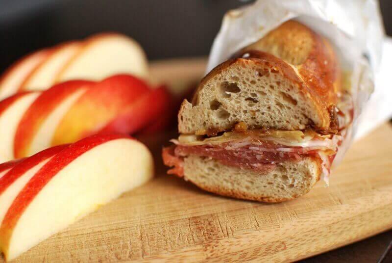 Sandwich och skivade äpplen