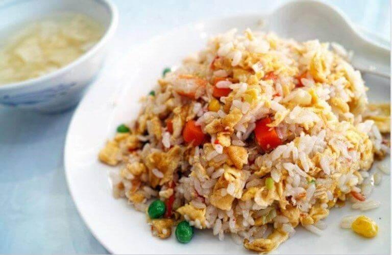 Krydda riset med saffran eller gurkmeja för en vacker färg