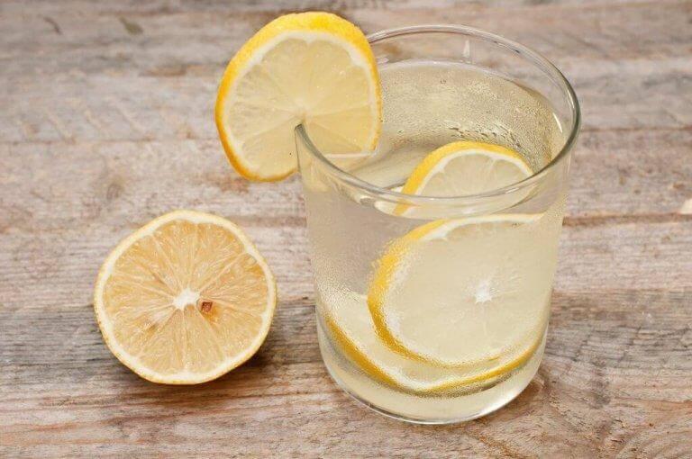 Detoxa lymfsystemet med vatten- och citronsaft