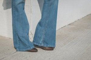 Person med utsvängda jeans
