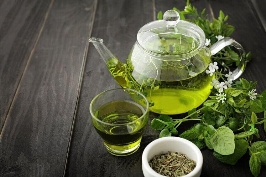 Grönt te på träbord