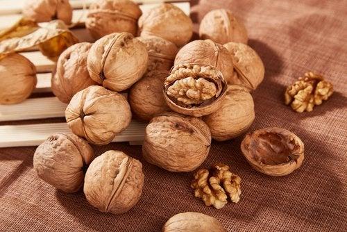 Knäckta valnötter på bord