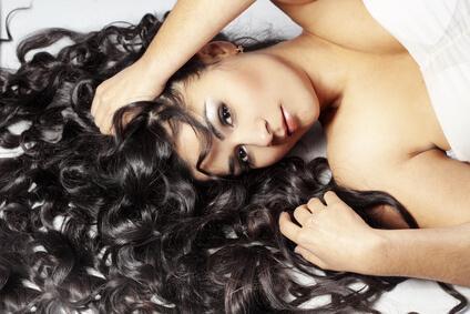 Du kan göra fantastiska frisyrer med krulligt hår