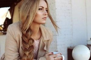 Kvinna med långt och friskt hår
