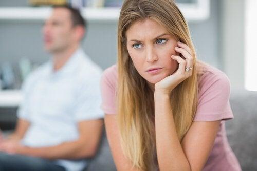 Kvinna som är bekymrad