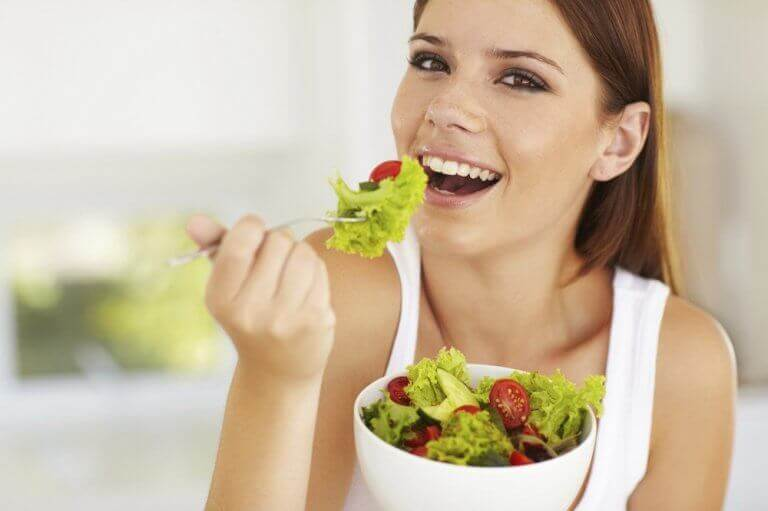 Kvinna som äter sallad