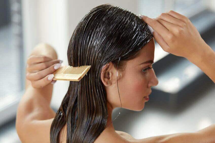 Kvinna som kammar håret