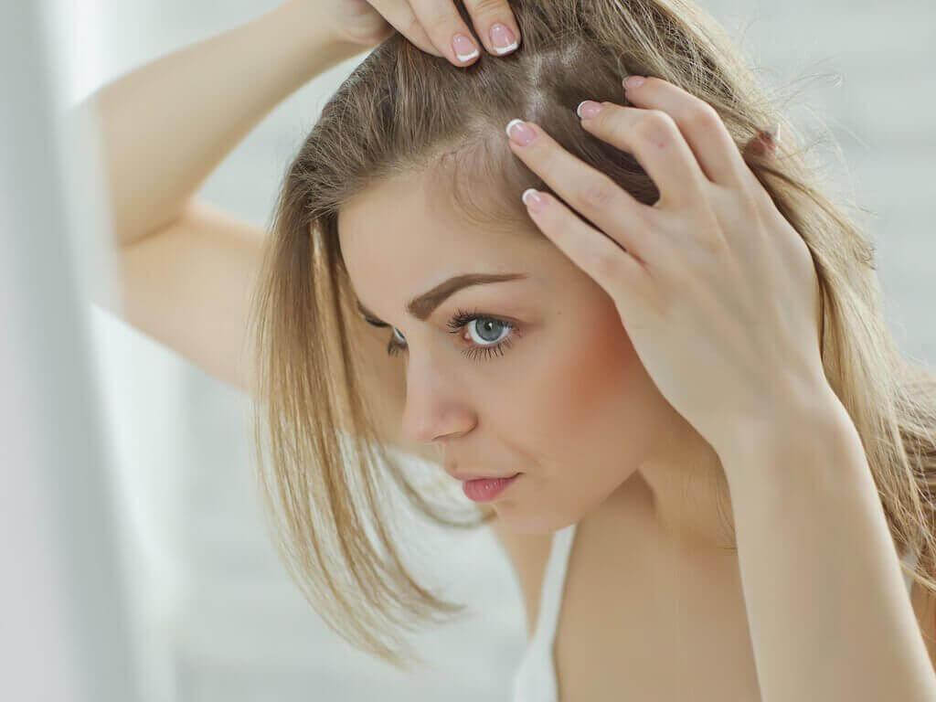 Kvinna som masserar hårbottnen