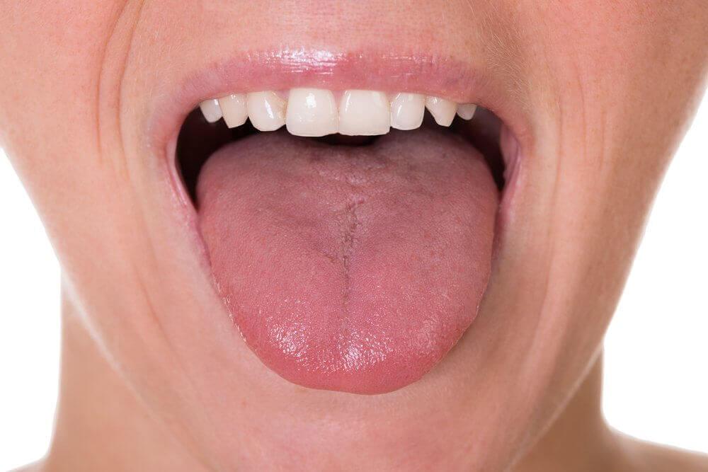 Kvinna som sträcker ut tungan