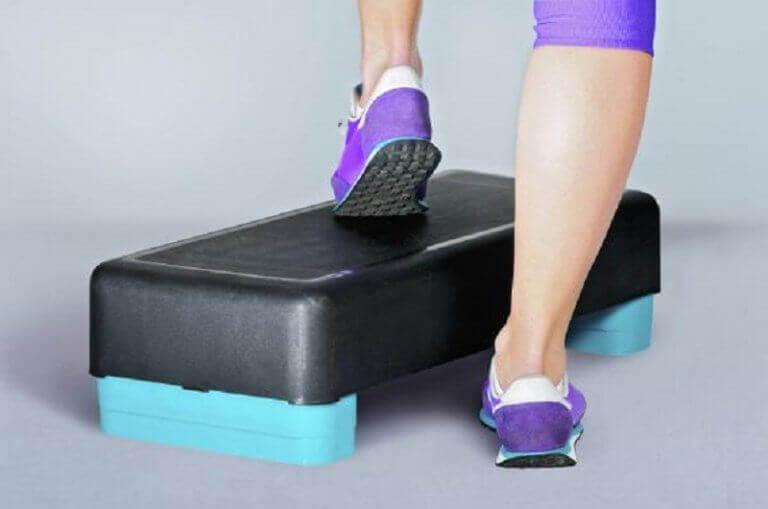Kvinna som tränar step