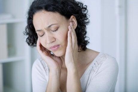 Var uppmärksam på kroppsljud som surrande i öronen som inte försvinner