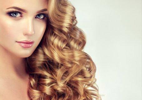 Bär ditt långa, lockiga hår åt sidan