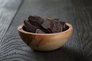 Mörk choklad i träskål