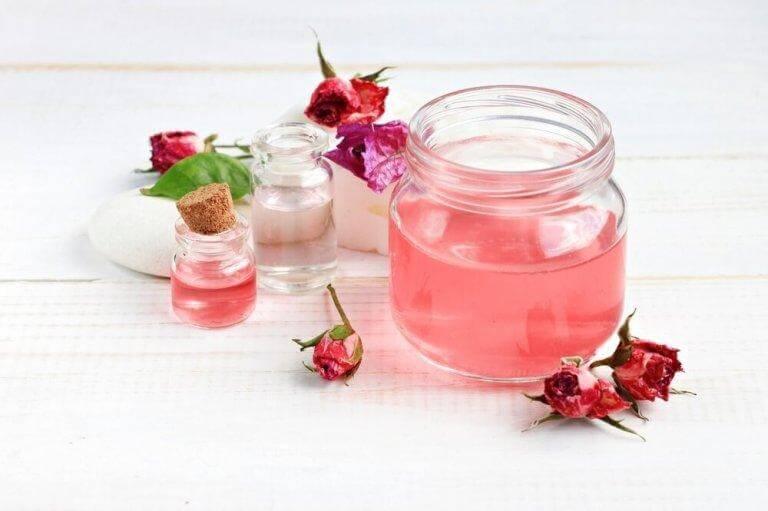 Rosenvatten verkar sammandragande på huden
