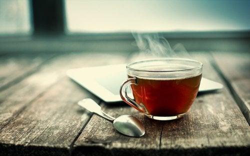 Rykande svart te