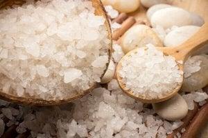 Saltkristaller i träskedar