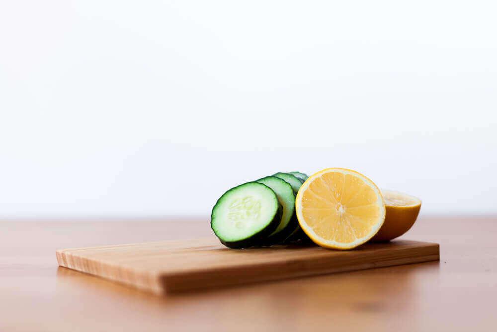 Skivad gurka och citron