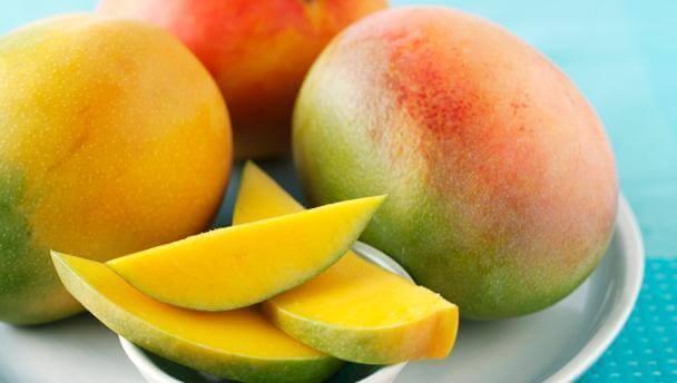 Skivad mango på fat