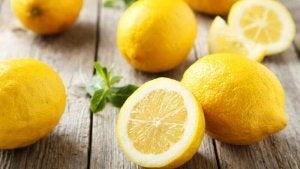 Skivad citron på träbord