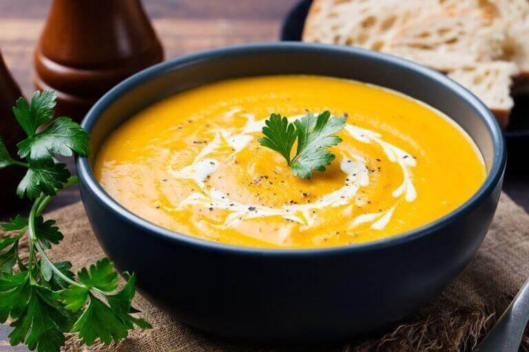 krämig grönsakssoppa i skål