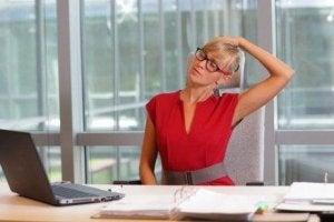 Det finns enkla övningar mot ont i nacken som du kan göra tex på jobbet