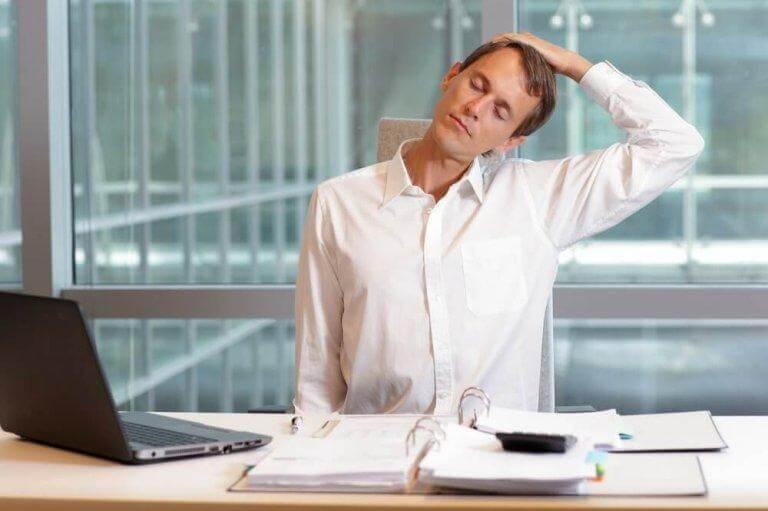 Gör enkla stretchövningar för att lätta på dina nacksmärtor