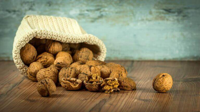 Valnötter i tygpåse